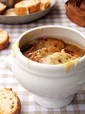 Soupe à l'oignon gratinée au porto parfumé à l'érable