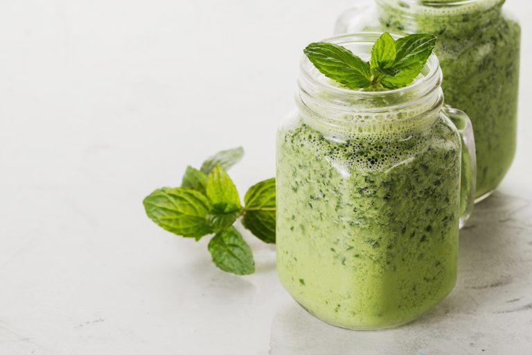 メープルシロップと緑のミントのスムージー
